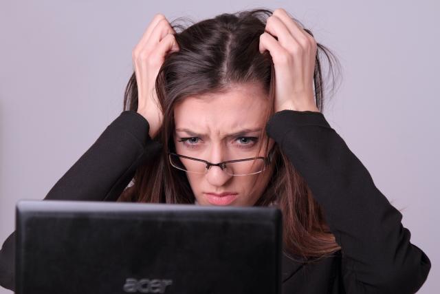 パソコンがフリーズして電源が切れない!動かない原因と対処法を解説